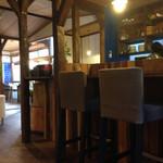 西新五丁目 あかり珈琲 - 店内。テーブル席はソファでゆっくりできますよ。