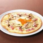 ワイン食堂ウノ - 半熟玉子と厚切りベーコンのピザ