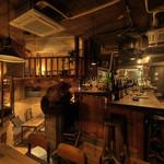 燻製キッチン - 内観写真:ロフト席最大10名 半地下テーブル席最大3~8名 カウンター8名