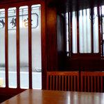 そば処増田屋 - 入口と窓際の席