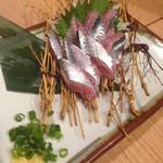 居酒屋 にしまる - こちらは結構新鮮な秋刀魚のお刺身。