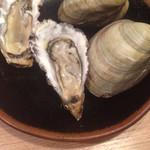 居酒屋 にしまる - これから焼きます、牡蠣Mサイズとホンビノス貝