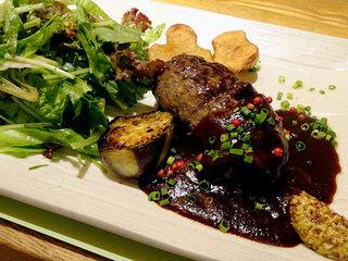 ノースコンチネント MACHI NO NAKA - 新冠黒豚ハンバーグ+八丁味噌とプルーンのデミグラスソースセット(焼き野菜、サラダ、ごはん、ピクルス、フライドポテト)1570円