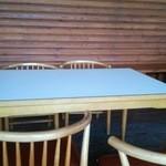 デッキにテーブル席あり