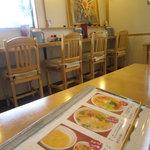 坦々麺専門 はつみ - テーブル席近くのカウンター