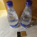 43511895 - 板チョコとミネラル水サービス