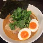 拉麺 黒ノ坊 - 胡麻味噌ラらーめんにパクチーのトッピング 990円