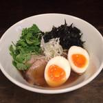 拉麺 黒ノ坊 - 醤油らーめんにパクチー、味玉のトッピング 990円