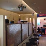 ダニーズレストラン - 一段高いフロアで、マダムが弾き語り!!