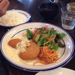 洋食 ひなた - カニクリームコロッケ美味しいよ。タルタルソースがとっても美味しいので!味噌汁はつきます。冷奴が恋しいわ。