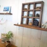 akaimi cafe - 奥のソファ席の壁面 2015年10月