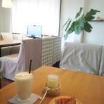 akaimi cafe - ソファ席 ミックスジュース・プリン・チーズケーキ 2015年10月