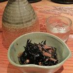 トクトク - 小鉢です。本日はひじきの煮物でした。生ビでなく、冷酒からスタート。