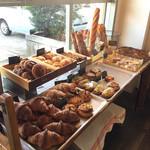 パン カンパニオ - 料理写真:入り口入るとすぐにパンが並んでる