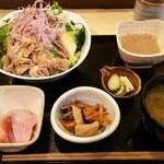 酒菜旬彩 おこぼれ - 【したどん2015】彩り野菜と炙り豚バラのサラダ丼(800円)