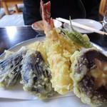 本陣 そば店 - 天ぷら盛り合わせ 1,500円。エビ、椎茸、茄子、薩摩芋 等。