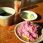 荻の源蔵そば - 付きだしの菊のおひたしと汁、小口ねぎ、一味唐辛子