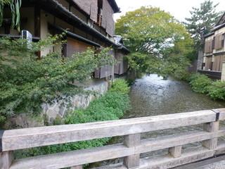 ぎをん 小森 - 川の左が、お店です^^