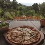 石窯パン工房 樹の実 - 海を見ながらトマトソースピザ