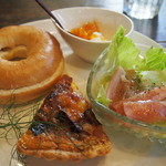 ひつじのこや - 料理写真:キッシュとベーグル、サラダなどのセット
