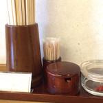 鳴門うどん もり - 檜の割り箸と唐辛子