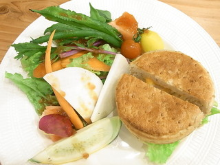 エシュロン ティー ハウス 高槻 - ベーコンとチーズを練り込んだマフィンのサンドイッチ¥1200☆♪