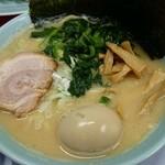 43575419 - 豚骨醤油ラーメン  味玉&ほうれん草トッピング   (麺カタ、油少、スープ普通)