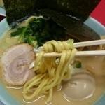 43575424 - 豚骨醤油ラーメン   平極太麺