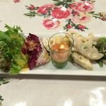 キャナリィ・ロウ - 前菜のグリーンサラダ、サーモンのバジルソース、蓮根のサラダ、生ハムのサラダ