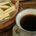 43584121 - コーヒーとサンドイッチ