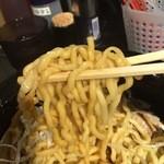 油そば専門店春日亭 - 麺はちぢれ麺
