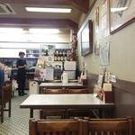 みどり食堂 - 前の席のお客様が帰られました、厨房方向の店内風景(2015.10.24)