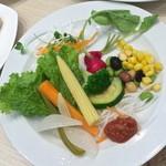 43589809 - サラダブッフェで好みの野菜を楽しみます