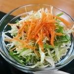十三うどん - サービスの野菜サラダはシャキシャキ
