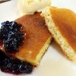 十三うどん - ふんわり焼き上げられたパンケーキにベリーソースとシロップが美味しい