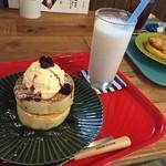 ロム カフェ - パンケーキ  バニラアイスとベリーのソースでおいしく頂きました  (*´ڡ`●)