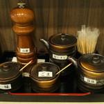 43593588 - ミルを使って挽き立ての山椒の香りを楽しめます。