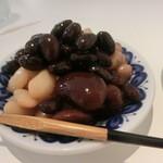 43594615 - 自慢の煮豆が小皿に山盛り。
