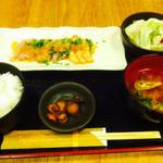 43602297 - サーモンとマグロの炙り焼き定食 ¥700