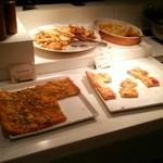 ロテル ド ビュッフェ - ピザは二種類(マルゲリータ、ジェノベーゼ)、ポテト、グラタン
