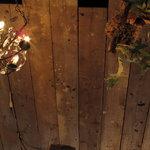ヌーベル・ヴァイブ - 天井のシャンデリアと吊り下げられた鹿角シダ