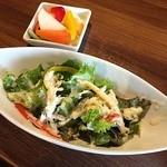 オイスターバー トトベネ - チキンドリアの500円ランチを注文。 セットのシーザーサラダとピクルス。