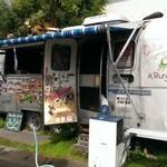 ジョニーズ バーガー - トラックを改造したお店です。(2014.10)