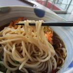 エール カフェ - 玉葱やエビの厚めのかき揚げの乗った温かいお蕎麦、さすがに北海道10月でもこの日は小雨で肌寒い日だったんで迷わず温かい蕎麦にしました。