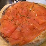 43615020 - スモークサーモンのピザ