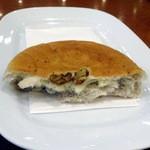 カフェ・ラ・コルテ - クルミとチーズのパン170円