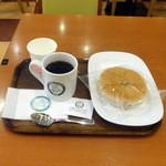 カフェ・ラ・コルテ - コーヒー190円、クルミとチーズのパン170円