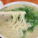 ぶんりゅう - ラーメン550円。       独特の風味がある呼び戻し(継ぎ足し)製法の豚骨スープと違って、その日炊き上げた豚骨スープのみの       フレッシュ感ある味わいです。