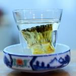 小鯛寿司 - ひれ酒ですが燗ではなく冷酒です。瓶でヒレと事前に寝かしています。冷やでヒレ酒を味わいたいと大将が考案しました。煮立たすとヒレの臭みや雑味まで出てしまうことがありますがこれは綺麗な旨味が感じられます!
