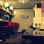 茜霧島 可愛い角打ち - 赤いイスのカウンター席